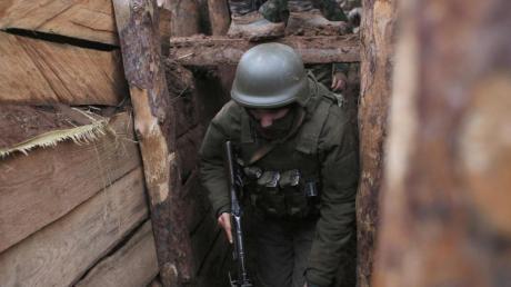 Das Archivbild zeigt einen ukrainischen Soldaten im Dezember 2019 in einem Schützengraben an der Front in der Region Donezk.