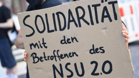 Eine Demonstrantin in Wiesbaden zeigt «Solidarität mit den Betroffenen des NSU 2.0».
