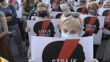 Zahlreiche Frauen in Warschau protestieren gegen die Pläne der Regierung, sich aus der Istanbul-Konvention zurückzuziehen.