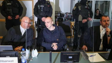 Der Angeklagte Stephan Balliet sitzt zwischen seinen Anwälten im Verhandlungssaal im Magdeburger Landgericht.