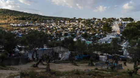 Blick auf das Flüchtlingslager Camp Moria und angrenzende Behelfslager.