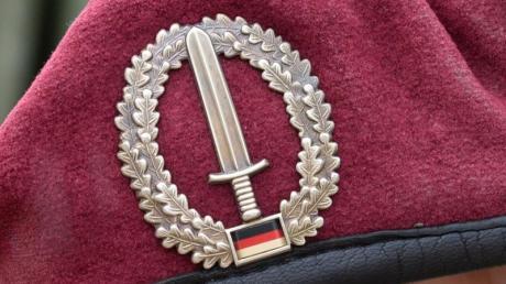 Das Abzeichen des Kommandos Spezialkräfte (KSK) ist an einem Barett zu sehen.