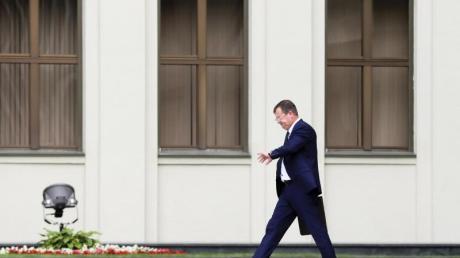 Andrej Rawkow, Staatssekretär des Sicherheitsrats von Belarus, geht, nachdem er sich vor den Medien geäußert hat.