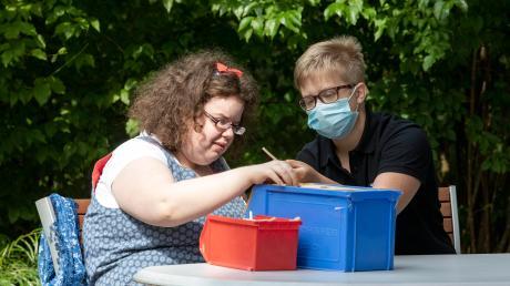 Franzi Mehl (rechts) arbeitet in Kaufbeuren mit Menschen, die schwerbehindert sind. Sie absolviert ein Freiwilliges Soziales Jahr (FSJ) – und ist begeistert.
