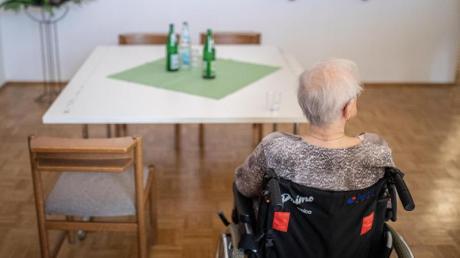 Pflegebedürftige müssen für die Betreuung im Heim trotz Pflegeversicherung immer mehr aus eigener Tasche zuzahlen.