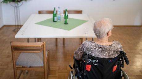 Pflegebedürftigemüssen für die Betreuung im Heim trotz Pflegeversicherung immer mehr aus eigener Tasche zuzahlen.