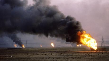 Brennende Ölfelder in Kuwait – Bilder wie diese sind vielen Menschen noch in Erinnerung. Der zweite Golfkrieg 1990/1991 hatte Folgen für die ganze Welt – bis heute.