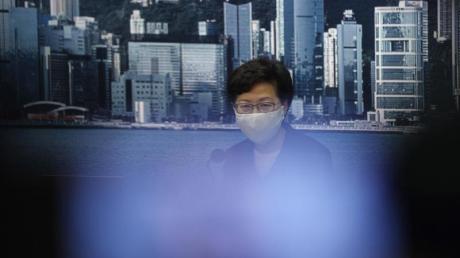 Carrie Lam, Regierungschefin von Hongkong, spricht bei einer Pressekonferenz. Die Hongkonger Regierung hat die im September geplante Parlamentswahl verschoben.