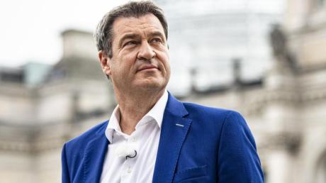 Markus Söder steht kurz vor dem Interview vor dem Reichstagsgebäude.