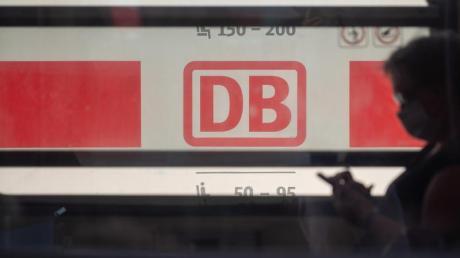 Ein Reisender mit Mundschutz in der Bahn. Der Konzern will sicherstellen, dass alle Fahrgäste Maske tragen.