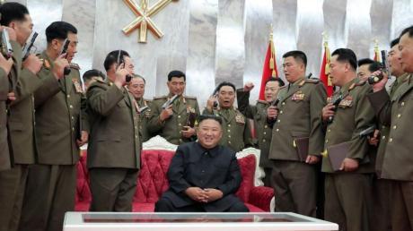 Nordkoreas Machthaber Kim Jong Un inmitten seiner führenden Kommandeure.