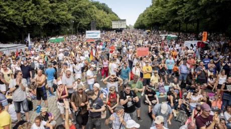 Ohne Abstand und ohne Mundschutz stehen Tausende bei einer Kundgebung gegen die Corona-Beschränkungen in Berlin.Das sollte nach Meinung vieler härter bestraft werden.