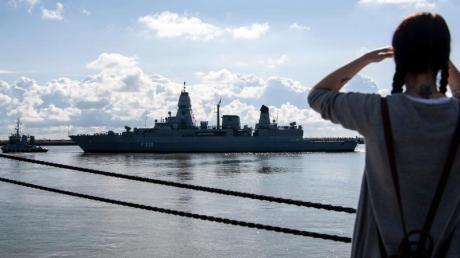 Die Fregatte «Hamburg» läuft aus dem Wilhelmshavener Hafen aus.