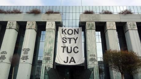 Über dem Eingang des Obersten Gerichts in Warschau hängt ein Banner mit der Aufschrift «Konsytucja» (Verfassung).