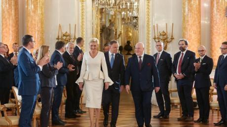 Andrzej Duda (M,r), Präsident von Polen, und seine Frau Agata Kornhauser-Duda (M,l), im Königlichen Schloss zur Übergabezeremonie nach der Präsidentenwahl.