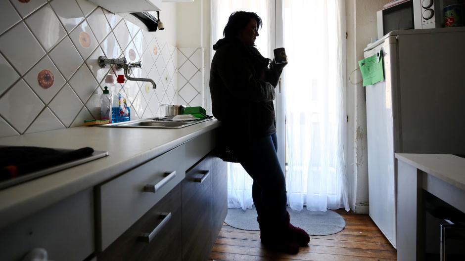 Noch steigt die Zahl der Arbeitslosen nur mäßig an, noch fangen private Rücklagen die Ausfälle der Kurzarbeit auf. Doch Sozialverbände befürchten, dass im Herbst die Zahl der Privatinsolvenzen deutlich ansteigen wird.