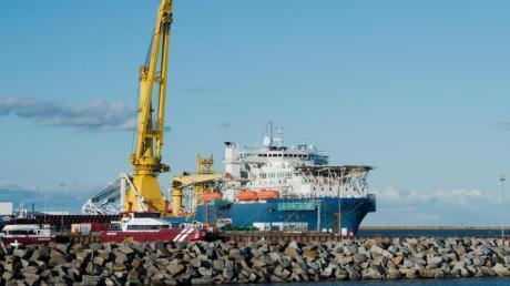 Drei US-Senatoren haben dem Fährhafen Sassnitz in Mecklenburg-Vorpommern in einem Brief mit schweren Sanktionen wegen seiner Rolle beim Bau der Ostseepipeline Nord Stream 2 gedroht.