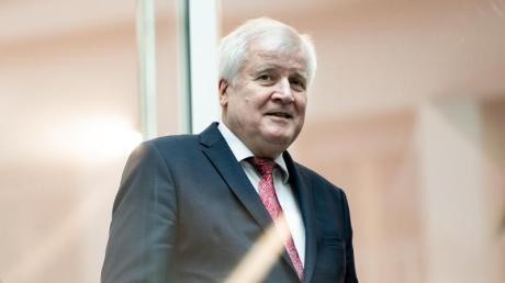 Innenminister Horst Seehofer (CSU) war zuletzt zunehmend unter Druck geraten, weil binationale Paare bereits wochenlang eine Lösung angemahnt hatten.