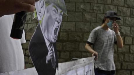 Pro-China-Anhänger bei einem Protest vor dem US-Konsulat in Hongkong.