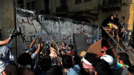 Vier Tage nach der verheerenden Explosion im Hafen von Beirut machen viele Libanesen bei Protesten ihrem Ärger über die Regierung Luft.