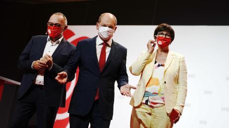 Olaf Scholz nach der Pressekonferenz mit Mund- Nasenmaske neben dem SPD-Spitzenduo Saskia Esken und Norbert Walter-Borjans.