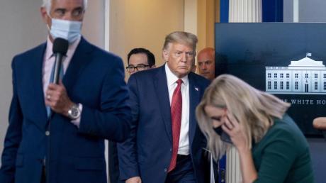 US-Präsident Trump kehrt zu der Pressekonferenz zurück, nachdem er wegen eines Sicherheitsvorfalls vor dem Zaun des Weißen Hauses den Raum verlassen hatte.