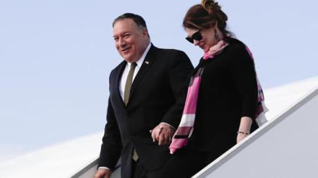 Der US-Außenminister Mike Pompeo und seine Frau Susan steigen am Prager Flughafen aus dem Flugzeug.