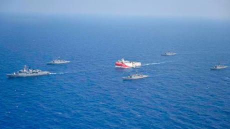 """Das türkische Forschungsschiff """"Oruc Reis""""fährt in Begleitung türkischer Kriegsschiffe über das Mittelmeer."""