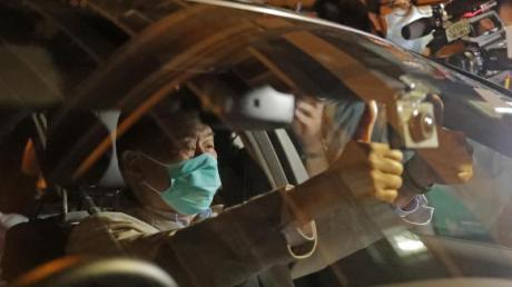 Jimmy Lai,Medienmogul aus Honkong, verlässt in einem Auto die Polizeistation, nachdem er auf Kaution freigelassen wurde.