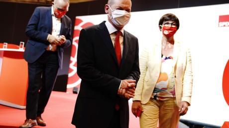 Bundesfinanzminister Olaf Scholz (M) nach seiner Vorstellung als Kanzlerkandidat der SPD durch die Parteichefs Norbert Walter-Borjans (l) und Saskia Esken.