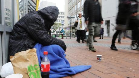 Ein Obdachloser in der Dortmunder Innenstadt. Das Armutsrisiko in Deutschland ist so hoch wie seit vielen Jahren nicht mehr.