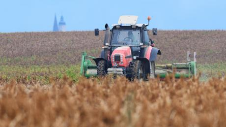 Beim Ankoppeln eines Hängers ist ein Traktor losgerollt. (Symbolfoto)