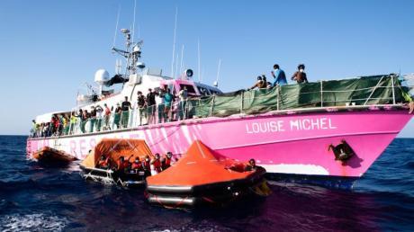 Das vom Street Art Künstler Banksy bemalte Rettungssschiff «Louise Michel» transferiert im Mittelmeer mehr als 150 gerettete Menschen zum Rettungsschiff «Sea Watch 4».