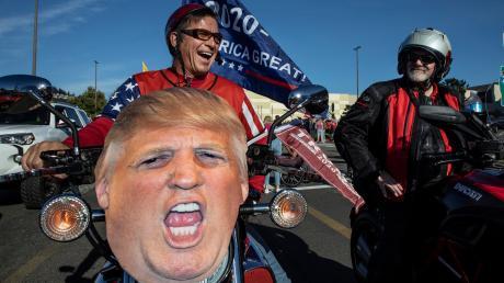 Unterstützer von Präsident Donald Trump nehmen an einer Kundgebung und Autokorso von Clackamas nach Portland teil.