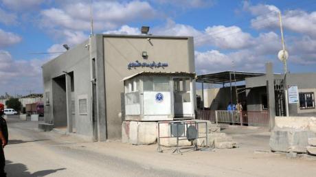 Ein Mitglied der Sicherheitskräfte der palästinensischen Hamas steht am Grenzübergang Kerem Schalom. Israel hat den Grenzübergang für Warenlieferungen in das Küstengebiet wieder geöffnet.