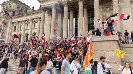 Die Vorfälle während der Corona-Proteste am Reichstag in Berlin sorgen für einen Aufschrei der Empörung in der Politik.
