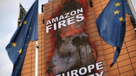 Klimaaktivisten haben ein riesiges Transparent an der Fassade des Hauptsitzes der Europäischen Kommission platziert.