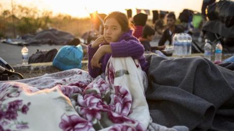 Mehr als 12.000 Migranten verbrachten die dritte Nacht in Folge im Freien.