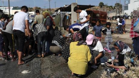 UN-Generalsekretär Guterres fordert, die obdachlos gewordenen Menschen aufs Festland zu bringen.