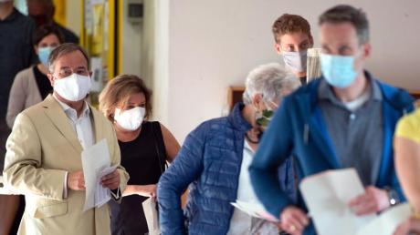 NRW-Ministerpräsident Armin Laschet kommt mit seiner Frau Susanne zur Stimmabgabe in einWahllokal inAachen.