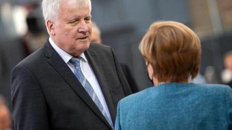 Bundeskanzlerin Angela Merkel und Horst Seehofer, Bundesminister für Inneres, Heimat und Bau, unterhalten sich beim Festakt zum 70-jährigen Bestehen des Zentralrats der Juden. Merkel und Seehofer sind sich nach Angaben Seehofers im Flüchtlingskompromiss schnell einig gewesen.