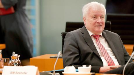 Horst Seehofer am Mittwoch vor der Sitzung des Bundeskabinetts: Der 71-Jährige macht mit viel Ruhe seine Arbeit, was ihm in den eigenen Reihen immer wieder Kritik einbringt.