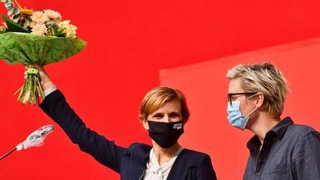 Linken-Chefin Katja Kipping auf dem Landesparteitag der Linken in Thüringen neben der Landesvorsitzenden der Linken in Thüringen, Susanne Hennnig-Wellsow.
