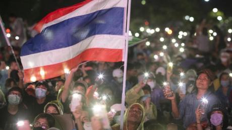 Pro-Demokratie-Aktivisten versammeln sich zu einem Protest in Bangkok und leuchten mit ihren Handys. Mit einer Großdemonstration wollen die Regierungskritiker ihren Forderungen nach Neuwahlen und Gesetzesänderungen Gehör verschaffen.