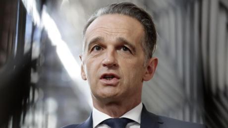 Heiko Maas (SPD), Bundesaußenminister, spricht mit Journalisten vor einem Treffen der EU-Außenminister im Gebäude des Europäischen Rates.