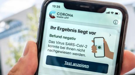 """""""Befund negativ"""" – das will natürlich jeder lesen, der die Corona-App auf dem Smartphone hat. Über die Effektivität der App wird allerdings gestritten."""