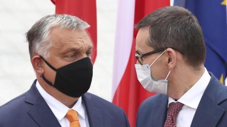 Polens Premierminister Mateusz Morawiecki begrüßt seinen ungarischen Amtskollegen Viktor Orban. Die EU- Kommission kritisiert in beiden Ländern die Defizite in Sachen Rechtsstaatlichkeit.