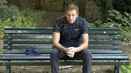 Dieses Foto, das der russische Oppositionsführer am Mittwoch, 23. September 2020 auf seinem Instagram-Account veröffentlicht hat, zeigt Alexej Nawalny auf einer Parkbank sitzend.