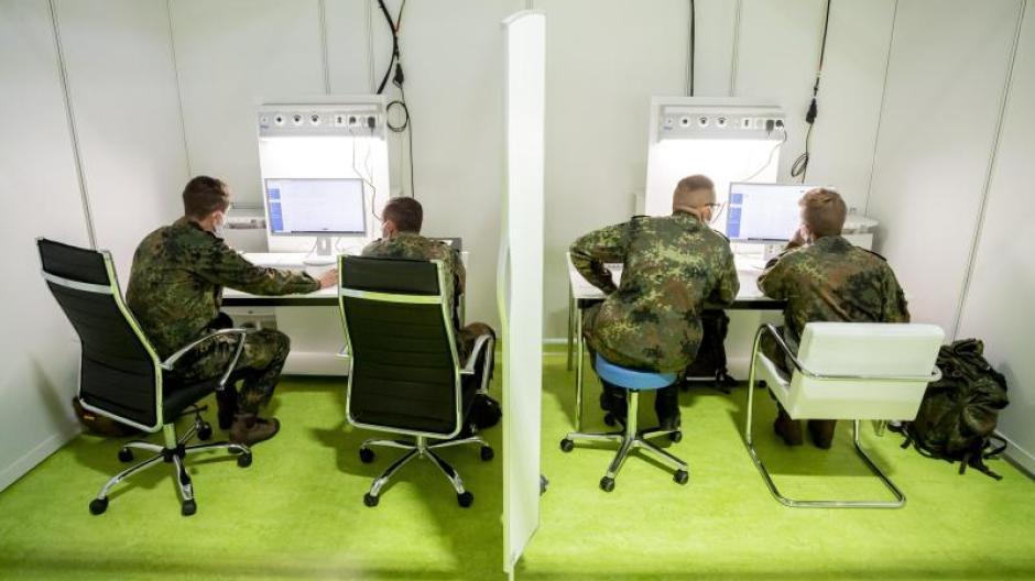 Auch in Augsburg sollen bald Kräfte der Bundeswehr bei der Nachverfolgung von Corona-Infektionen helfen. In Berlin wird das bereits so gemacht.