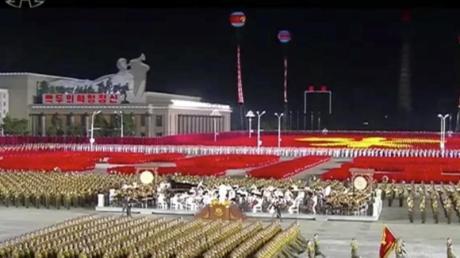 Nächtliche Parade des nordkoreanischen Militärs in Pjöngjang.